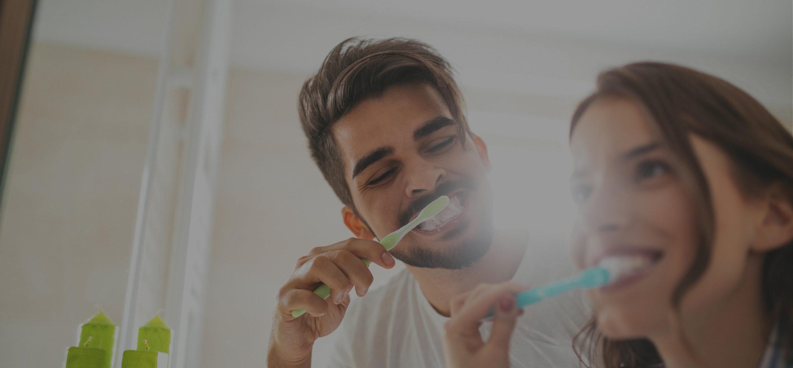 Header gespiegeld tanden poetsen in badkamper